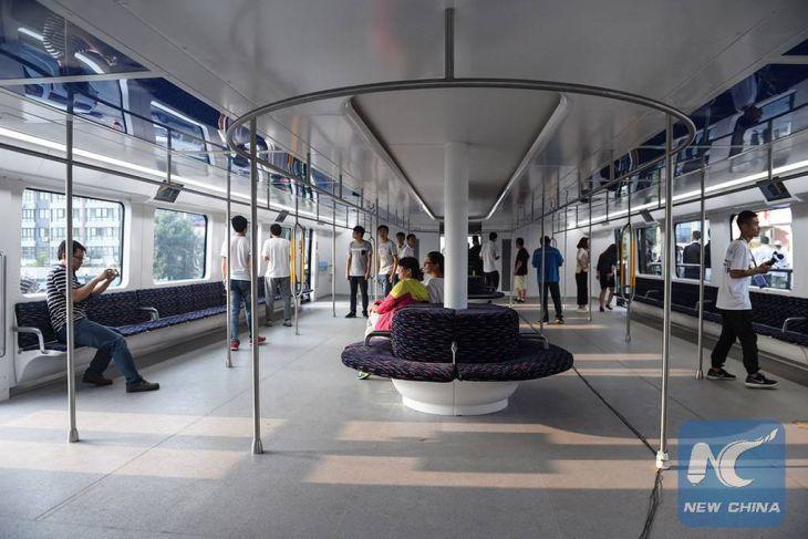 أخيرا الصين تطلق حافلة معلقة تمر فوق السيارات Bus (2)