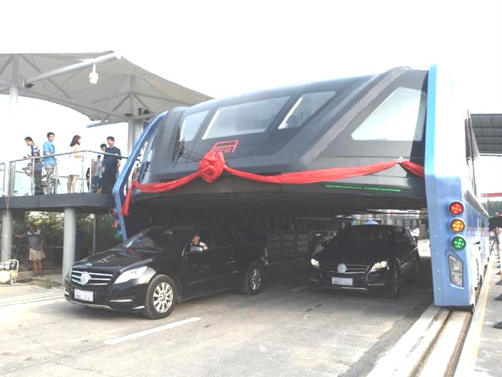 أخيرا الصين تطلق حافلة معلقة تمر فوق السيارات (فيديو) Bus