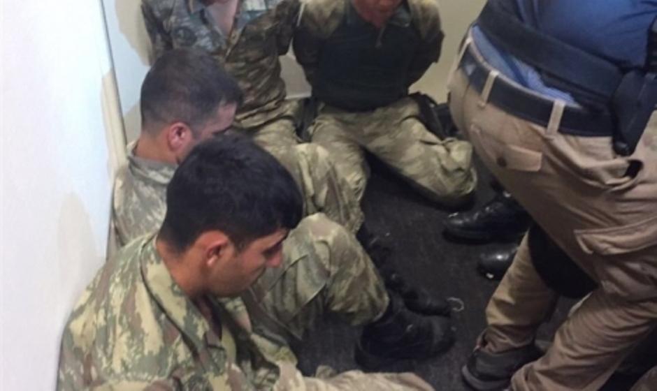 اعتقال انقلابيين العسكريين في تركيا من قبل الجماهير والشرطة