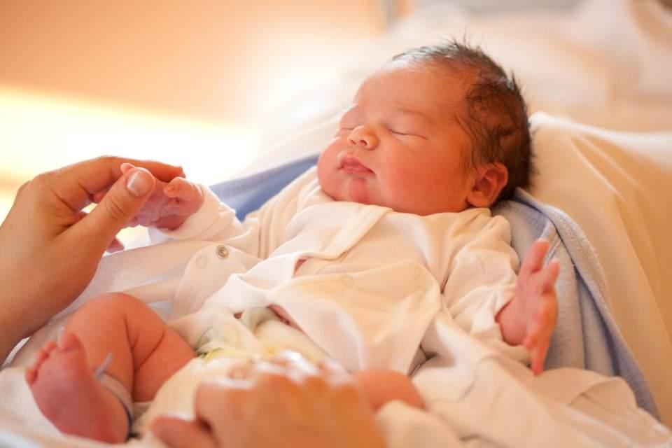 هكذا تم إنقاذ طفل حديث الولادة من المجاري!