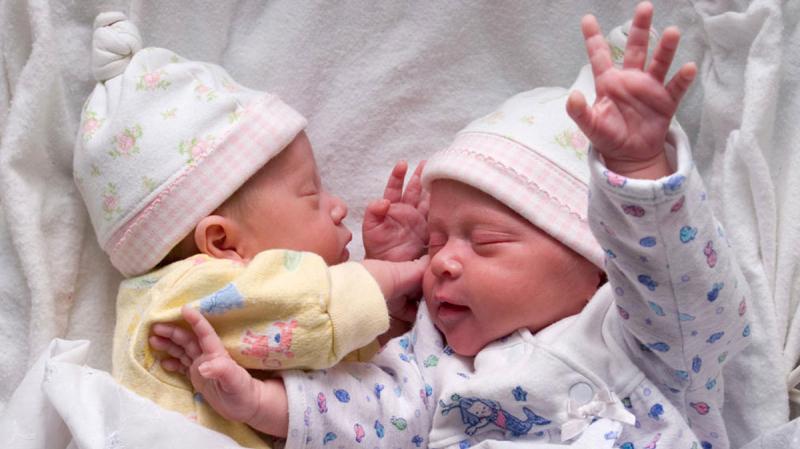 امرأة برحمين تلد طفلا من كل منهما!