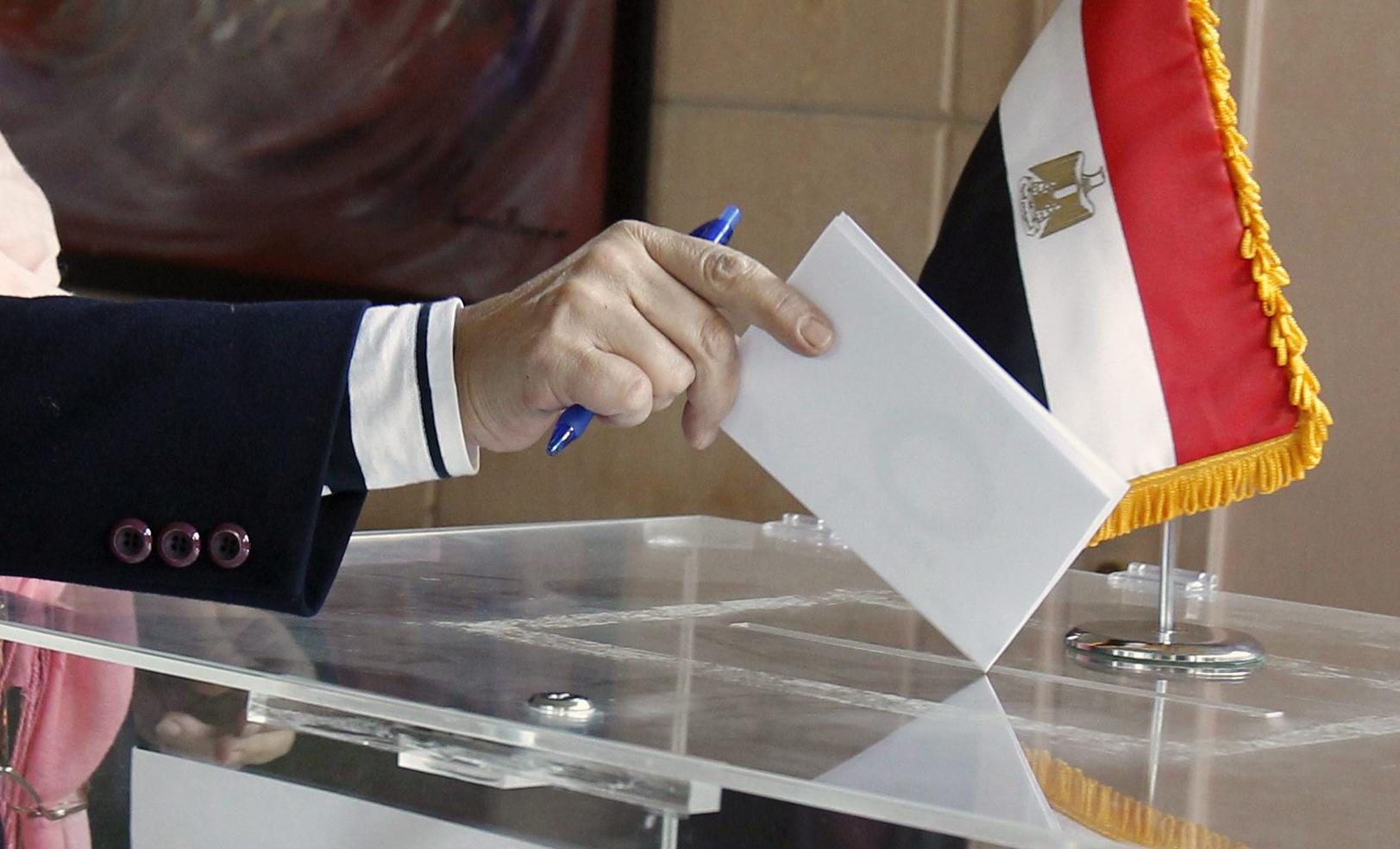 صحفي مصري: انشغال المصريون بأفلام الجنس هو سبب عزوفهم عن الانتخابات!