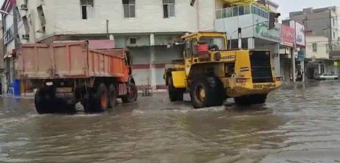 بطريقة غريبة و طريفة عمال يكافحون الفيضانات! (فيديو)
