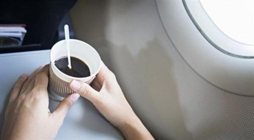 تجنب شرب القهوة على الطائرات لهذا السبب!