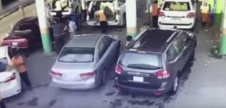 فيديو خطير: سائق سعودي يتسبب في حادثة دهس عنيفة لعامل بمغسلة سيارات