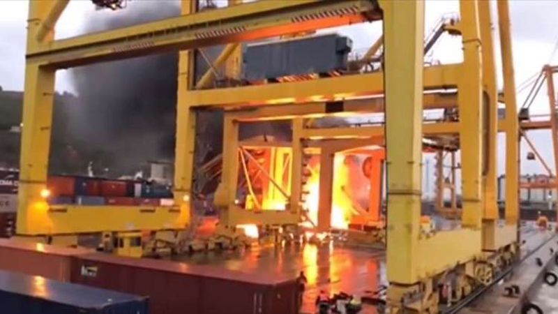 بالفيديو : حريق هائل في ميناء برشلونة!