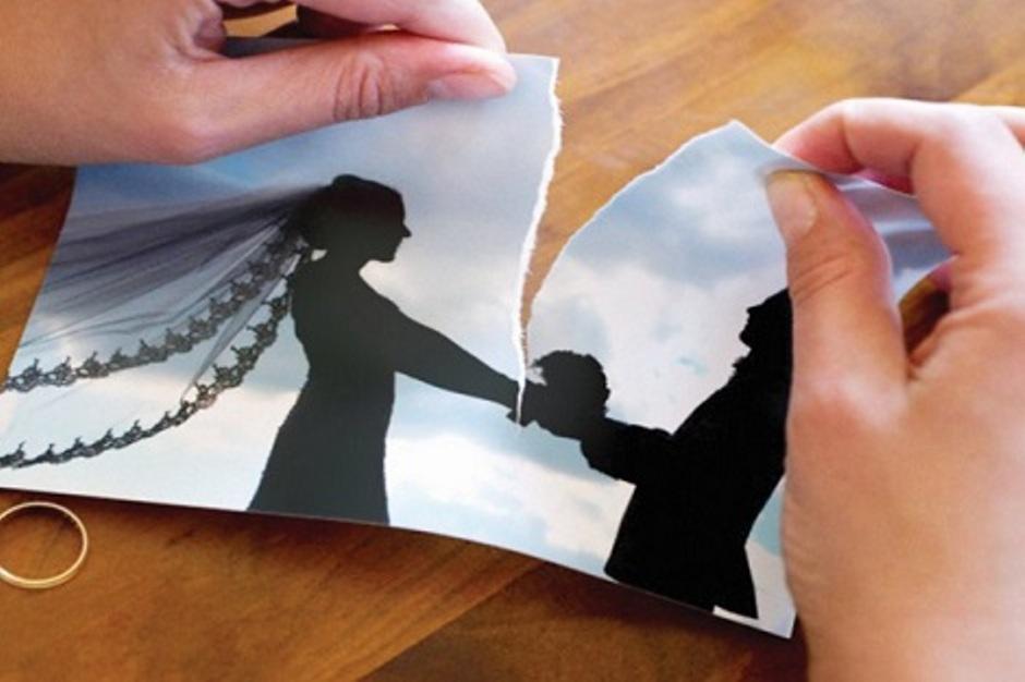 زوجة تدفع مبلغا طائلا لطلاق زوجها لأنه لا يصلي divorce