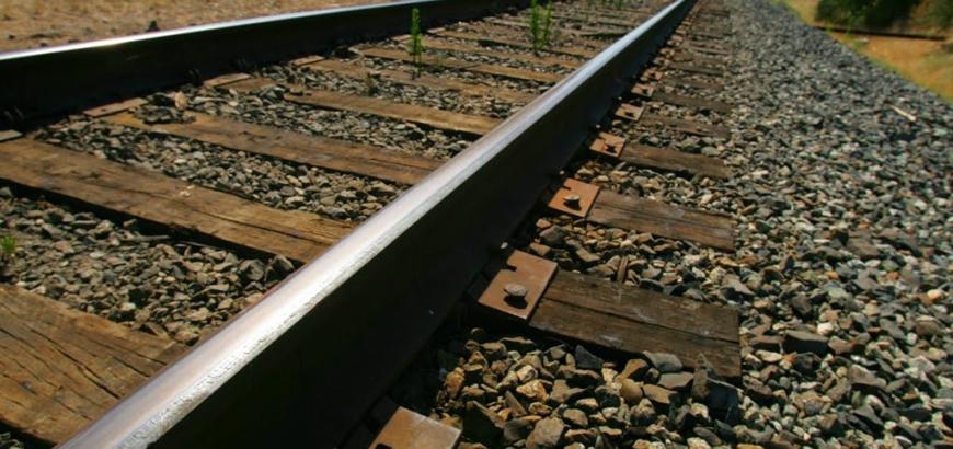 سبب وضع الحجارة الصغيرة تحت السكك الحديدية