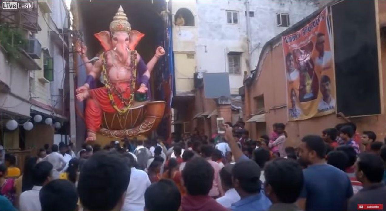فيديو: لحظة سقوط تمثال ضخم يقدس بالهند