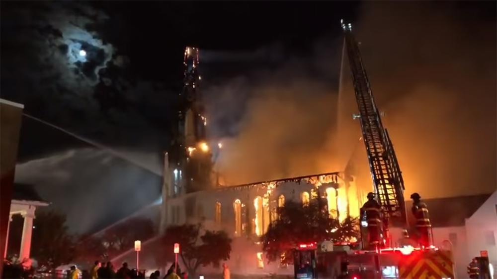 بالفيديو: صاعقة تحرق كنيسة في الولايات المتحدة!
