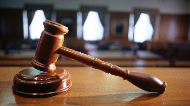 قاضية أمريكية تحكم على رجل كان زميل لها بالفصل مرحلة الاعدادي
