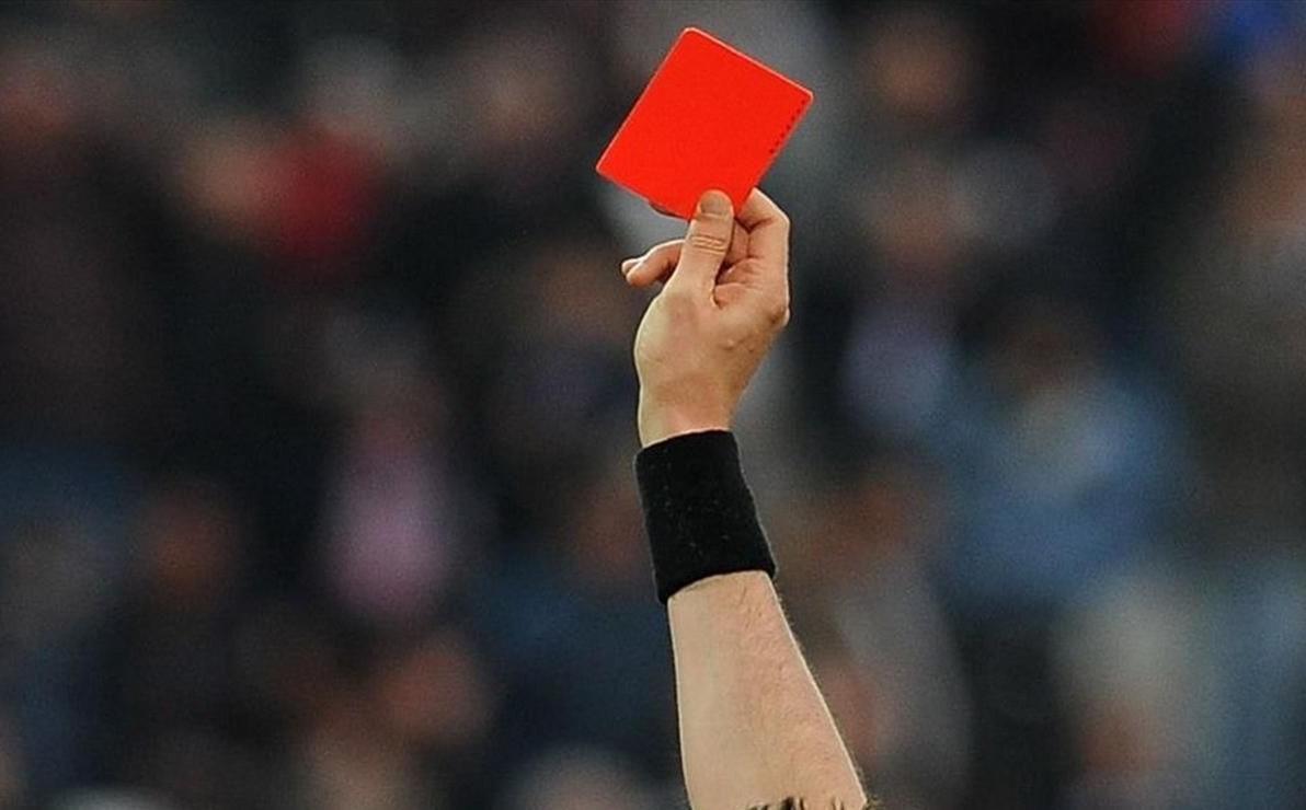 بسبب بطاقة حمراء لاعب يقتل حكما !