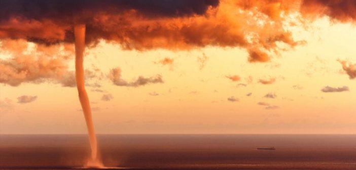 لقطات مذهلة من إعصار ناري