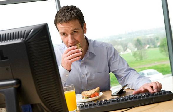 لماذا لا ينبغي الأكل أثناء العمل؟