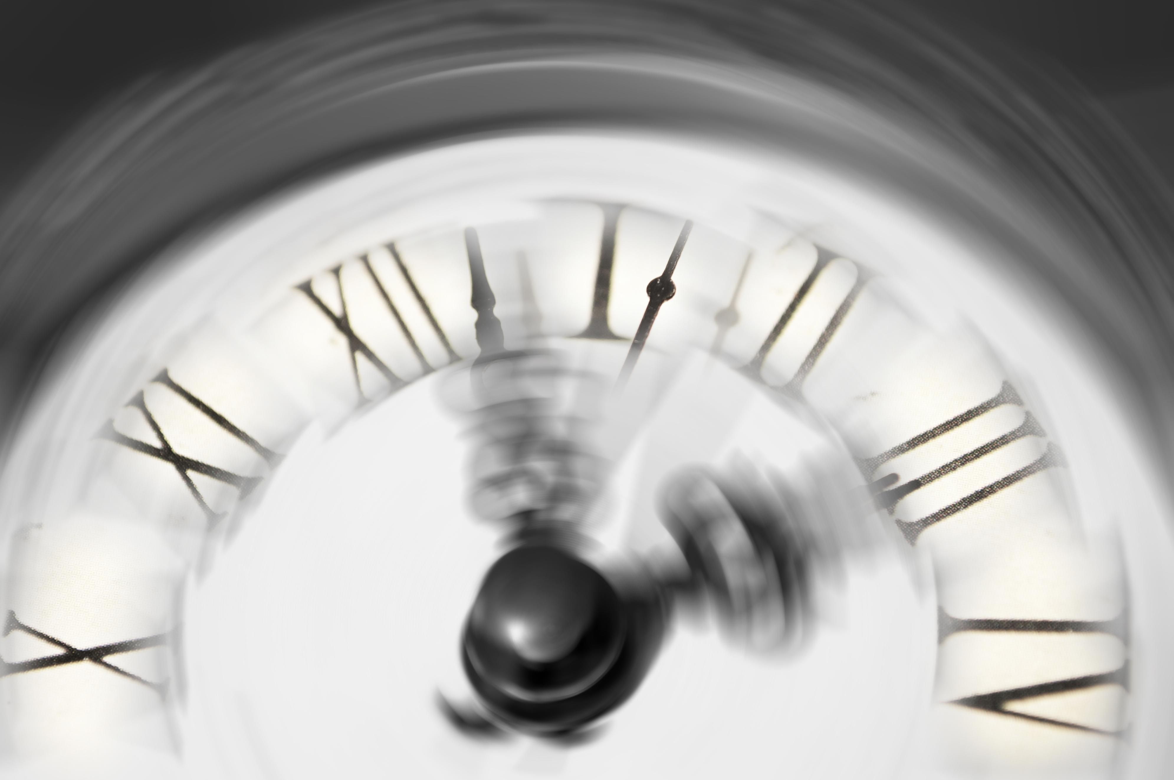 لماذا نشعر أن السنوات تمر أسرع كلما تقدمنا في العمر؟