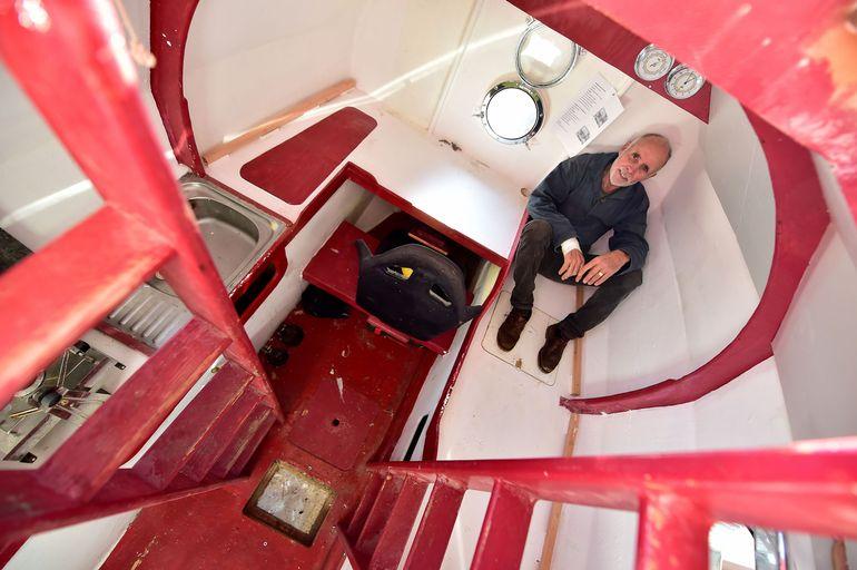 مسن يقوم برحلة بحرية في برميل