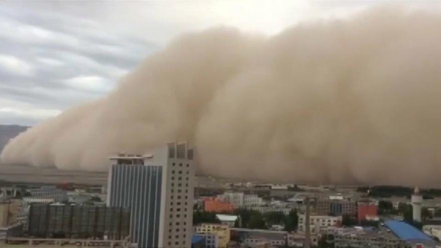 مشهد مرعب لعاصفة رملية بالفيديو