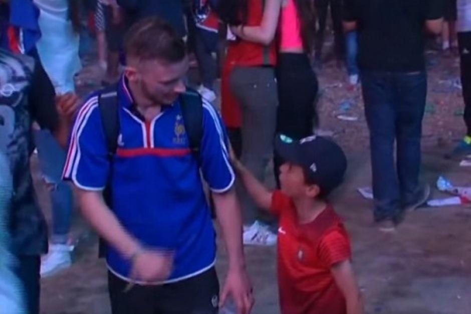 هذا ما قاله الطفل البرتغالي للمشجع الفرنسي football