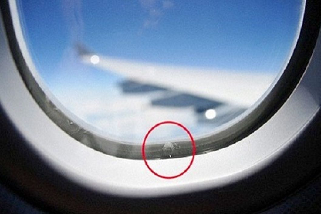 هذا هو دور الثقوب الموجودة في نوافذ الطائرات