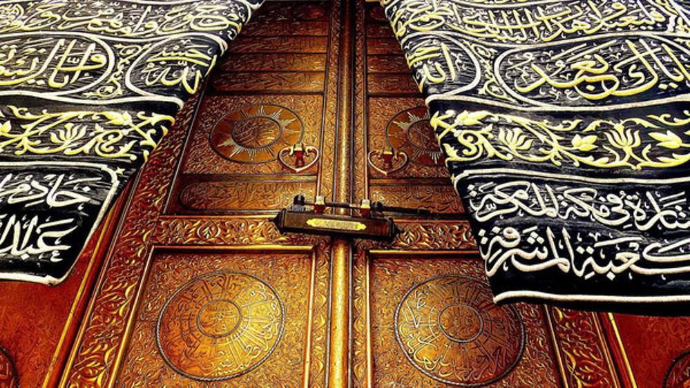 هذا هو سر الروائح الزكية التي تنبعث من الكعبة المشرفة (فيديو) Holy Kaaba