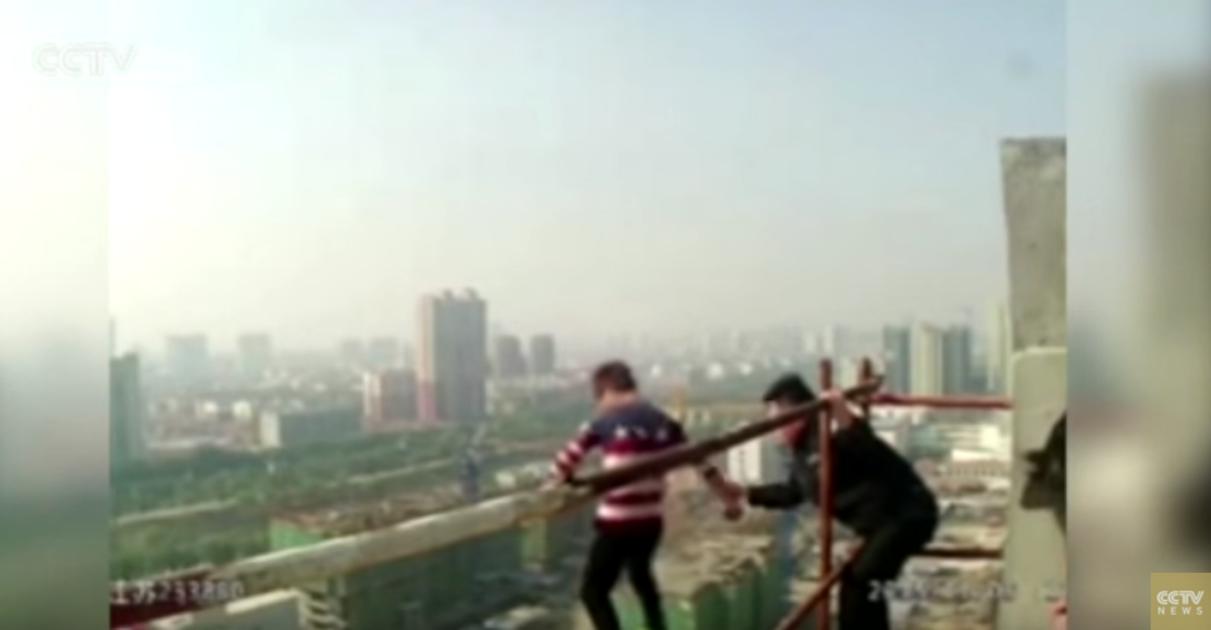 هكذا خاطر شرطي صيني بحياته للنجدة شاب حاول الانتحار