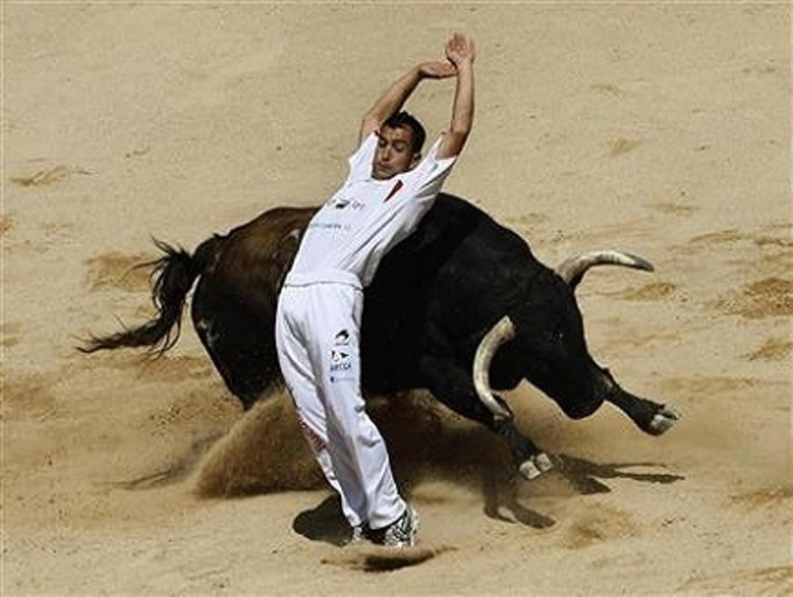 هكذا فاجأ ثور مصارع إسبانيا داخل قفص حديدي Matador – فيديو