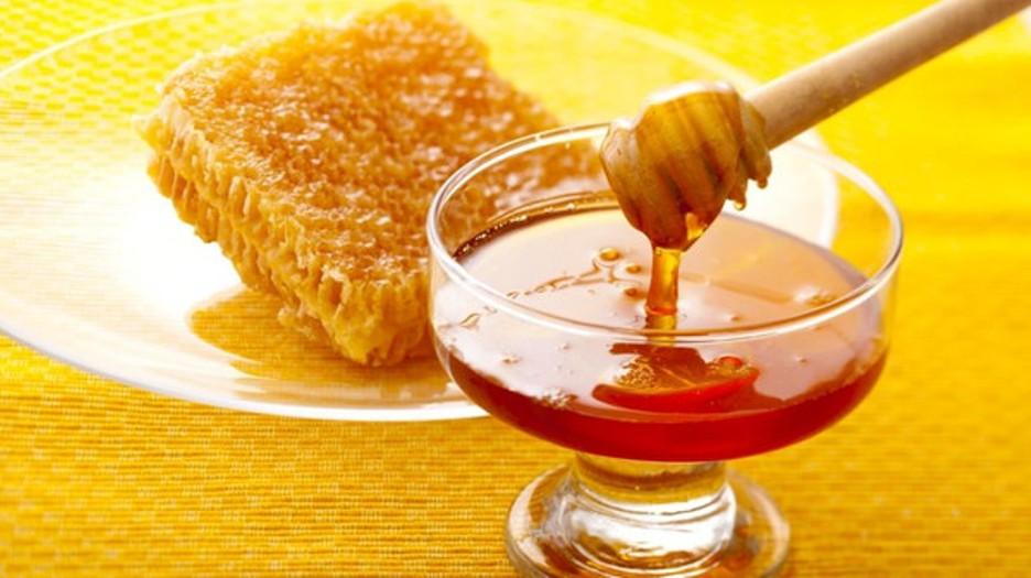 هكذا يتم صناعة العسل المغشوش – فيديو
