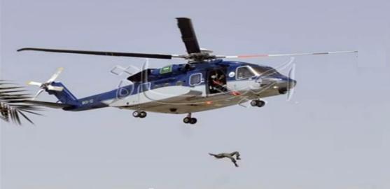 سقوط عسكري سعودي من هليكوبتر أثناء استعراض