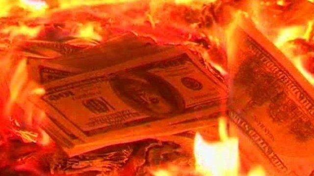 رجل يحرق 2,7 مليون دولار لسبب لن تتوقعه