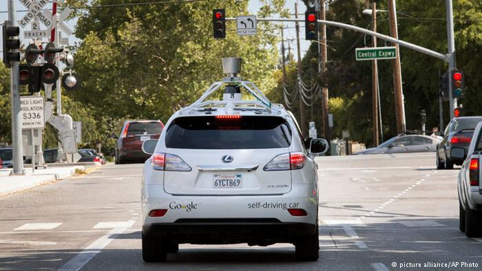 سيارة من غوغل تقود بنفسها في الأزقة
