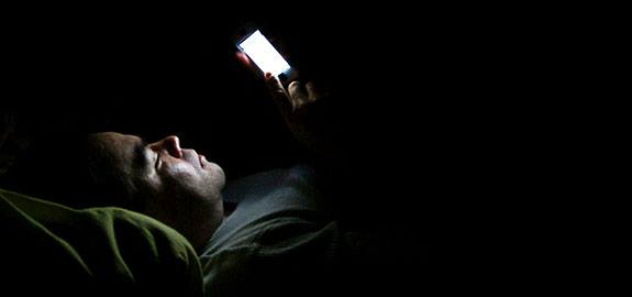 الهاتف الذكى مسؤول عن الأرق وصعوبة النوم