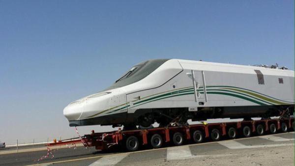 شاهد صور حمل قطار الحرمين من جدة صوب المدينة المنورة