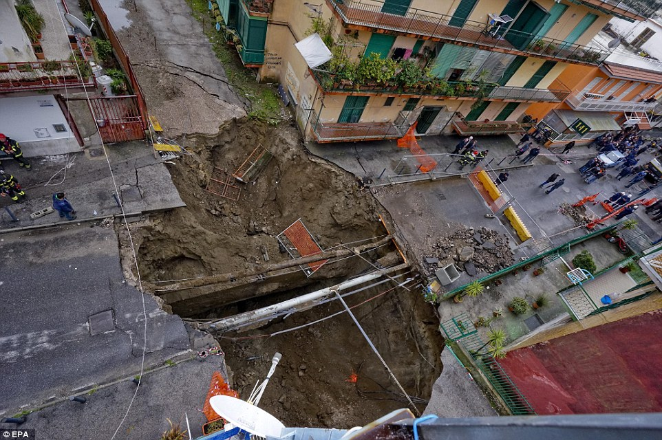 سكان نابولي يستيقظون على حفرة عملاقة