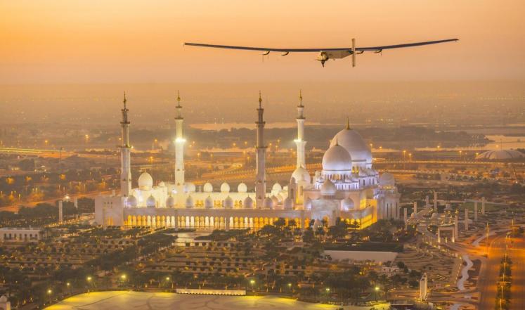 أول طائرة بالطاقة الشمسية تكمل رحلتها حول العالم