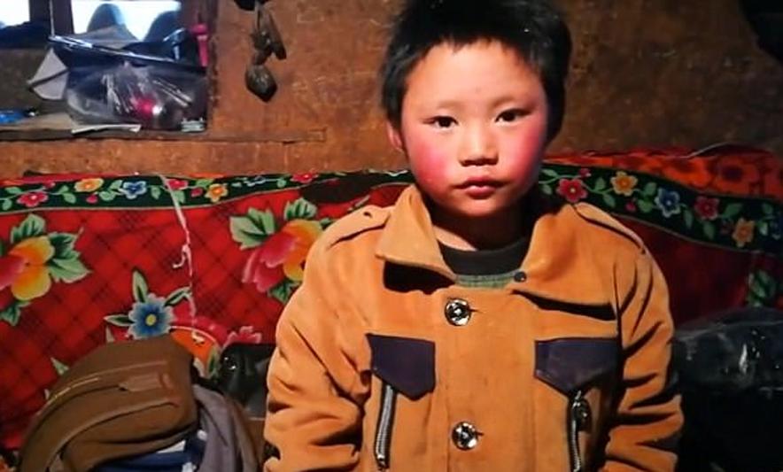 طفل اضطر للسير لمدة ساعة إلى مدرسته في البرد القارس.. شاهد ما حدث له !!